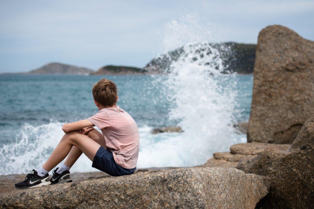 Niño mirando el mar